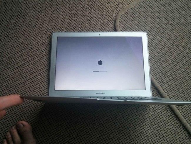 MacBook Air выжил после падения с самолета