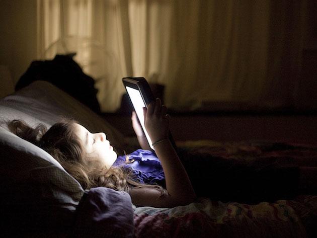 Неутешительный факт: взрослые спят все меньше из-за смартфонов