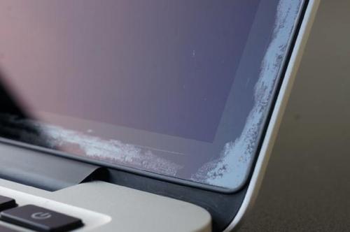1500 владельцев MacBook Pro требуют от Apple замены ноутбуков из-за отслоения антибликового покрытия