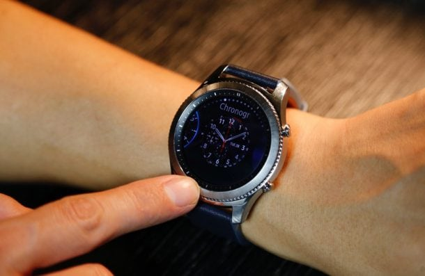 Достоинства: они выглядят, как настоящие часы, множество циферблатов на любой вкус, долго работают от аккумулятора.